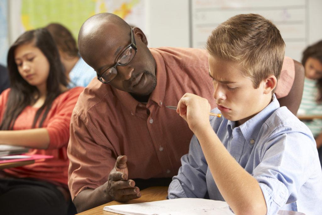 Prof avec élèves ados
